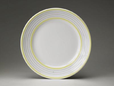 Tallrik med gula band och grå linjer