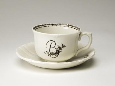 Kaffekopp med fat med kvist och monogram B