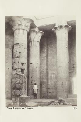 Fotografi. Portalens kolonner i templet på ön File (Philae) utanför Assuan, Egypten.