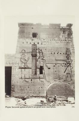 Fotografi. Andra pylonen och granitblock med inskription på ön File (Philae), Egypten.