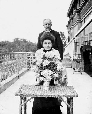 Fotografi. Walther von Hallwyl och dottern Irma von Gejer på sin balkong på Gezirah Palace Hotel.