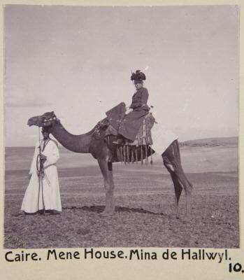 Fotografi. Wilhelmina von Hallwyl på kamel vid Mena House Hotel. Kairo, Egypten.