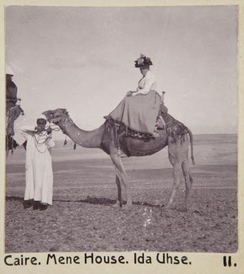 Fotografi: Ida Uhse på kamel vid Mena House Hotel. Kairo, Egypten.