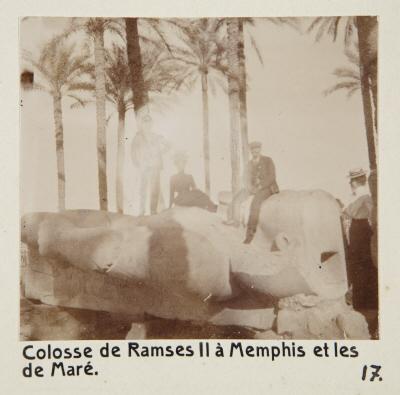 Fotografi. Ramses II-statyn i Memfis och Ellen och Henrik de Maré. Memfis, Egypten.