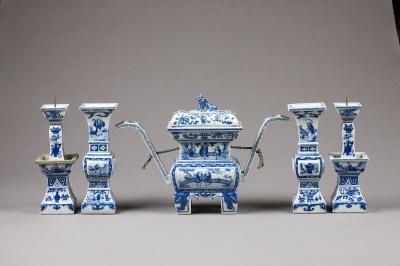 Tempelgarnityr bestående av ett rökelsekärl, två ljusstakar och två vaser. Kangxi, Qingdynastin.