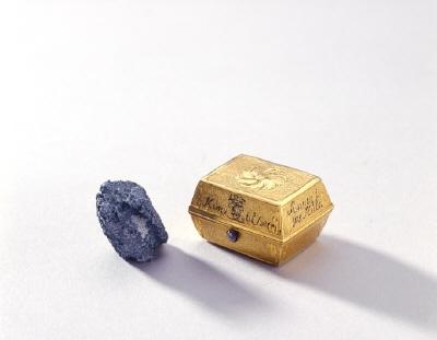 Dosa av guld med blykula, ca 1700.