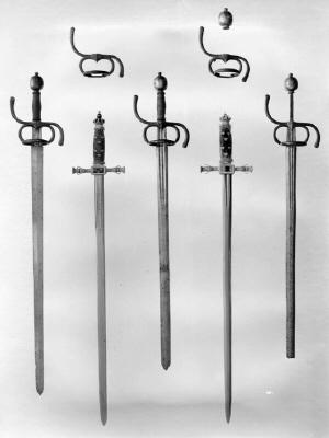 Pagevärja med klinga av Ceilles Brach, Solingen och fäste av Charles Dartené, Haag, beställd gm Louis De Geer hos Dartené för Maria Eleonoras pager vid bröllopet 1620.