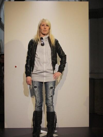 jeans, tröja, vadhöga stövlar