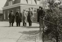 Het schouwgezelschap van Schieland wachtend op de schouwlandauers op de dijk tegenover de kerk va..., 29 april 1938