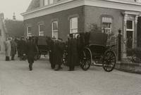 Het schouwgezelschap van Schieland bestijgt de landauers op de dijk tegenover de kerk van Capelle..., 29 april 1938