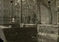 De sluisdeuren van het westelijke sluishoofd van het Boerenverlaat voor de herstelwerkzaamheden, 1924