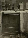 De nieuwe sluisdeur van het noordwestelijke sluishoofd van het Boerenverlaat tijdens de herstelwe..., 6 juni 1924