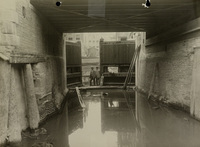 De nieuwe deuren van het oostelijke sluishoofd van het Boerenverlaat tijdens de herstelwerkzaamheden, 6 juni 1924