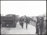 Het dijkleger van Moordrecht versterkt de zwakke dijk langs de Hollandse IJssel met zandzakken, 1 februari 1953