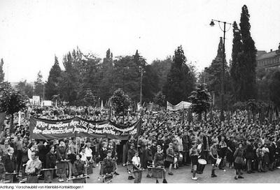 Dresden, Karl-Marx-Platz (Palaisplatz). Europäische Verteidigungsgemeinschaft - Massenveranstaltungen gegen die Bildung der EVG (scheitert letzten Endes am Widerstand des französischen Parlamentes), 1954