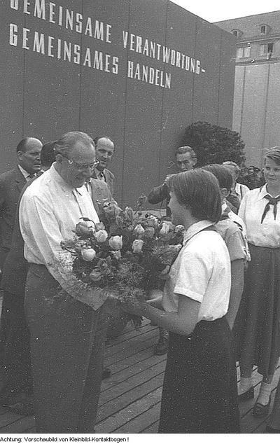 Dresden, Gemeindewahl, Transparente in der Koloniestrasse, Haus Jägerstrasse 32, Haus Kaitzer Strasse, Eisenstuck Strasse, Kundgebung mit Otto Grotewohl, Mai-Juni 1957