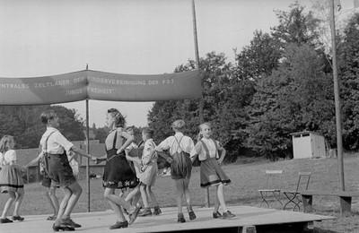 Kinder und Jugendliche beim Tanzen im Zeltlager Junge Freiheit in Weida/ Thüringen
