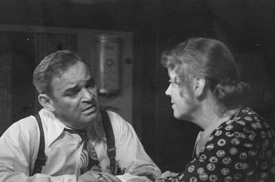 Szenenbilder aus dem Drama Tod eines Handlungsreisenden von Arthur Miller am Hebbel-Theater Berlin