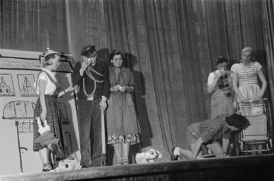 Szenenbilder aus  Der Bohrwurm. Kabarett Die Bürste (Ensemble der Poliklinik der Volkswerft Stralsund), 1954