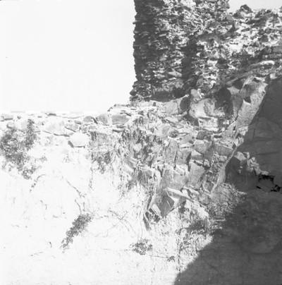 Ciszterna. A torony DNy-i sarka alatt az íves kőfal és a szikla találkozása, belső sík, D-felől