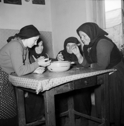 Asszonyok közös tálból esznek