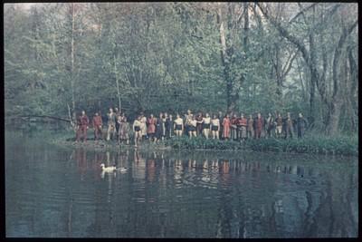 Vízparton egy csoport