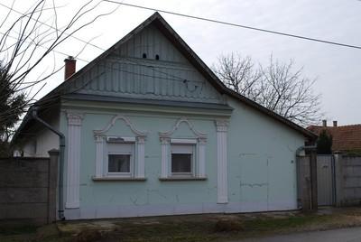 Végdeszkás oromzatú ház