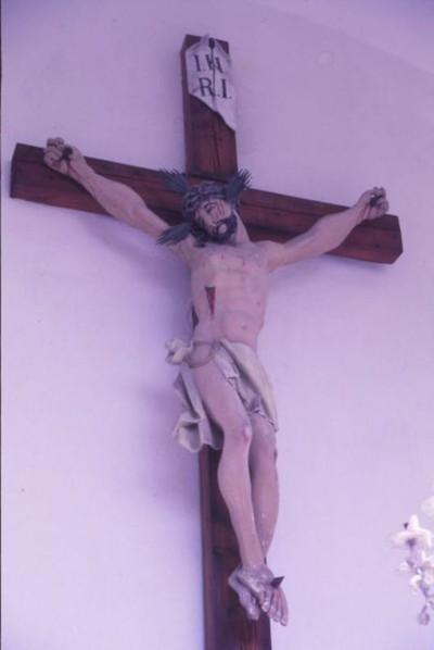 A keresztre feszített Krisztus ábrázolása a kegykápolnában
