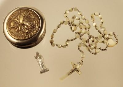 szelence rózsafüzérrel és Szent Teréz szobrocskával