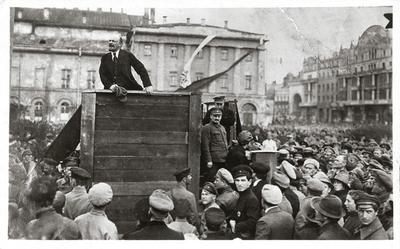 Lenin beszél a Nagy Színház előtti téren a frontra induló katonákhoz. Az emelvény mellett Trockij és Kamenyev
