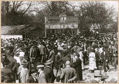Tömeg egy külső Váci úti vendéglő előtt