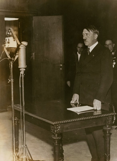 Hitler rádióbeszédet mond