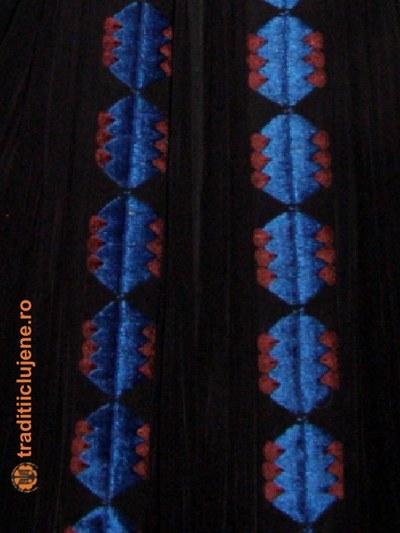Costum popular femeiesc - detaliu broderie