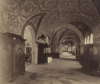 Kiállításfotó - 17. századi magyar bútorokkal berendezett folyosó a millenniumi kiállítás történelmi főcsoportja reneszánsz épületének emeletén