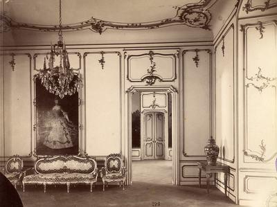 Kiállításfotó - a fertődi Esterházy-kastély egyik szalonjának rekonstrukciója a millenniumi kiállításon, Mária Terézia portréjával
