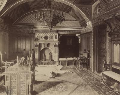Kiállításfotó - a királyi lakosztály dolgozószobája a millenniumi kiállítás történelmi főcsoportjának román stílusú épületében