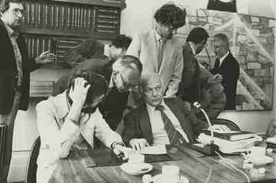 Tijdens de kabinetsformatie Achter de tafel vlnr: Van den Berg, Van der Stoel en Den Uyl, staand achter hem: Kalk