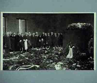 Vertreter des Reichsbundes legen ein Kranz beim Gefallenen-Ehrenmal