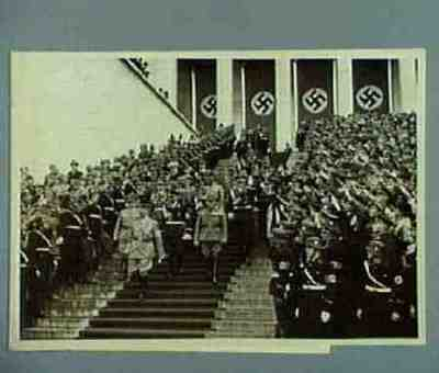Hitler verlässt mit Hierl, Bormann, Schaub und Himmler die Ehrentribune Text auf der Rückseite