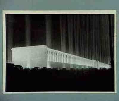 Angestrahlte Tribune auf der Zeppelinwiese