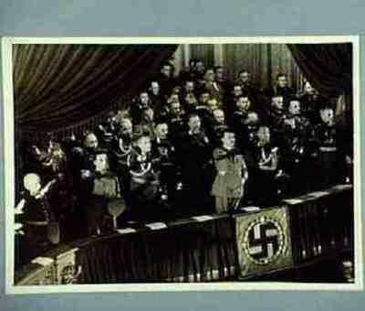 In der Staatsoper Personenanordnung auf der Rückseite Hitler grüsst die Toten