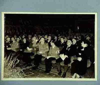 Anlässlich der Vollendung des 3000 Kilometers der Reichsautobahnen fand im Theater des Volkes ein Kameradschaftsabend statt Personenanordnung auf der Rückseite
