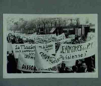 Manifestation au coin du Boulevard Philippe-Auguste et Boulevard de Charonne. Banderolles syndicales