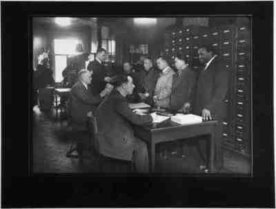 Registratie van Chinezen bij de Vreemdelingendienst aan de Laan Copes van Cattenburch