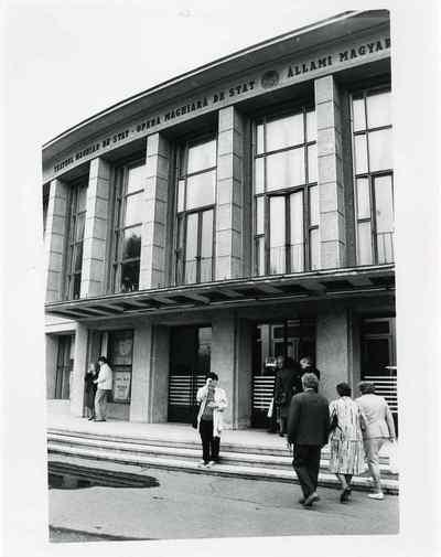 Het Hongaars theater. Verordening van bovenaf: verboden nog Hongaars te spreken of een krant in die taal uit te geven