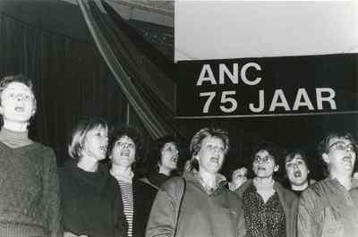 Viering 75 jaar ANC in het Odeon theater in Amsterdam, met o.a. optreden van koor Morgenrood met Zuid-Afrikaanse strijdliederen