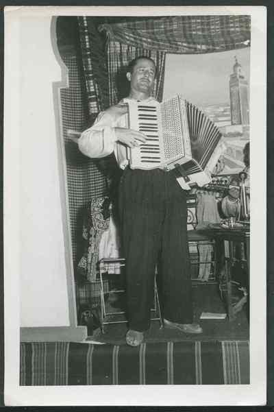 Youssef Hagège à l'accordéon, années 1950