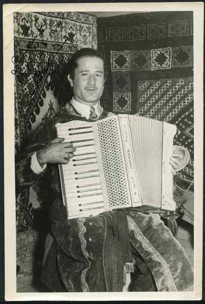 Youssef Hagège à l'accordéon,