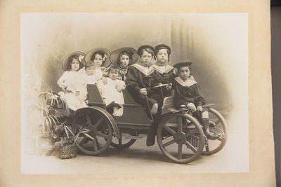 Grup de vuit nens dalt d'un cotxe