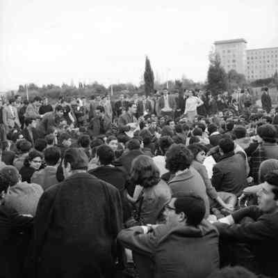 Convívio de estudantes junto à cantina da Cidade Universitária